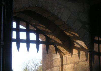 Le château fort - vue châtelet d'entrée et herse