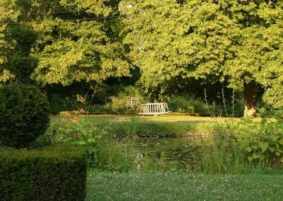 Moment de méditation dans la roseraie du château d'Ainay le Vieil
