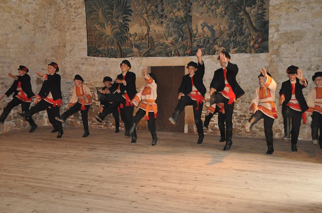danse russe à Ainay-le-Vieil