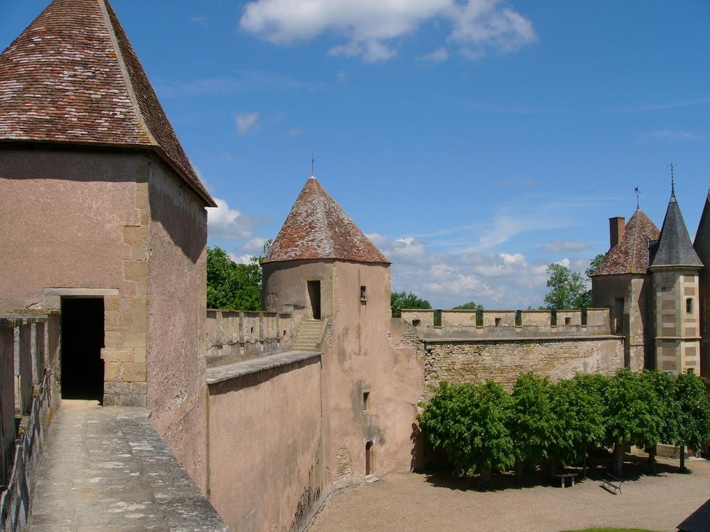 Vue intérieure des remparts du château d'Ainay le vieil