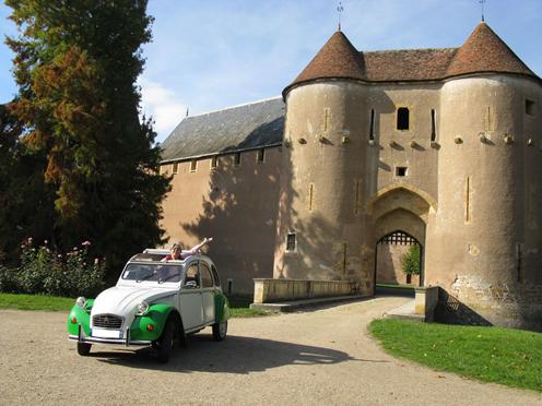 Berry en 2CV et le château d'Ainay le Vieil