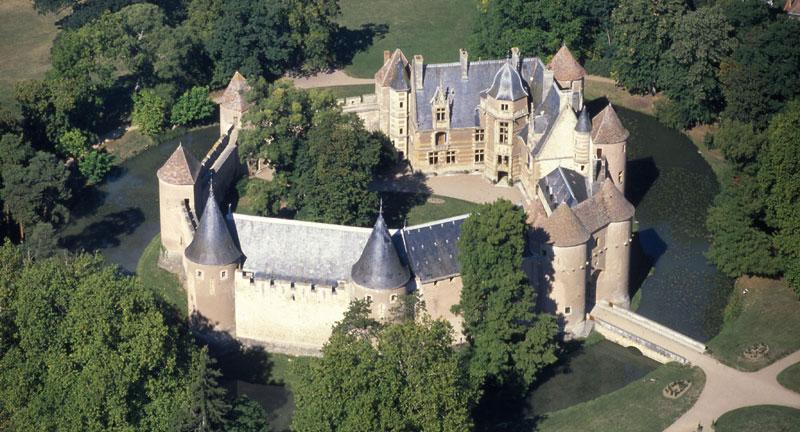 Construite vers 1300, le château fort est entourée de douves. Fin 14eme, un corps de logis y fut construit