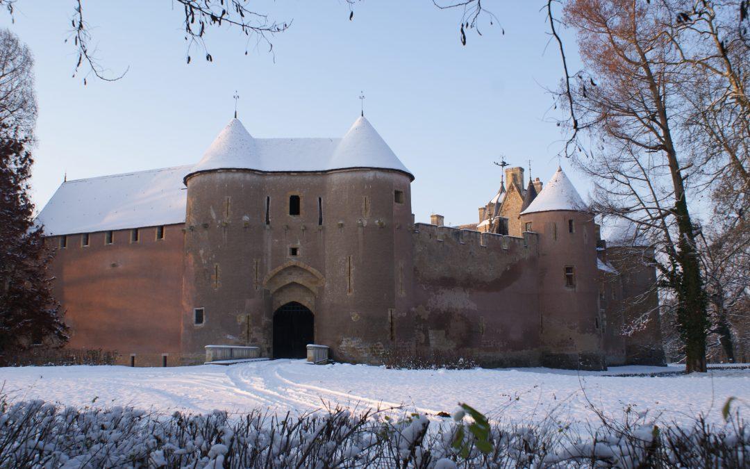 la forteresse d'Ainay-le-Vieil sous la neige