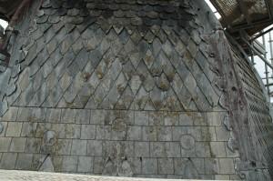 Les toits laissaient paraître les marques des épreuves du temps