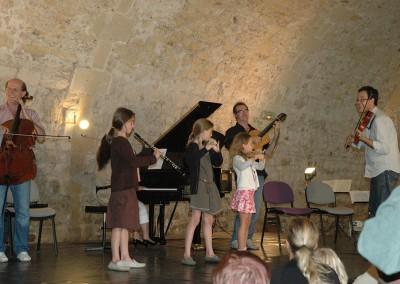 concert des enfants pendant les 72 d'août à Ainay-le-Vieil