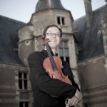 Brian Lewis - violon - devant la tour d'honneur aux 72 Heures d'Août d'Ainay-le-Vieil