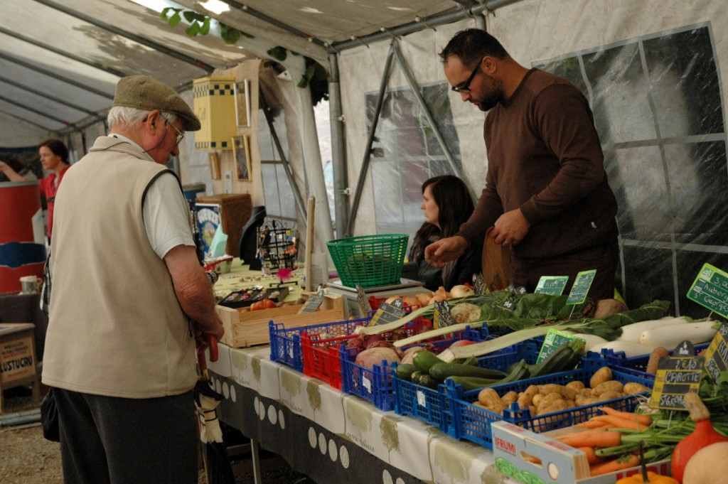 Ventes de légumes bio, production locale, pendant la journée du patrimoine à Ainay-le-Vieil