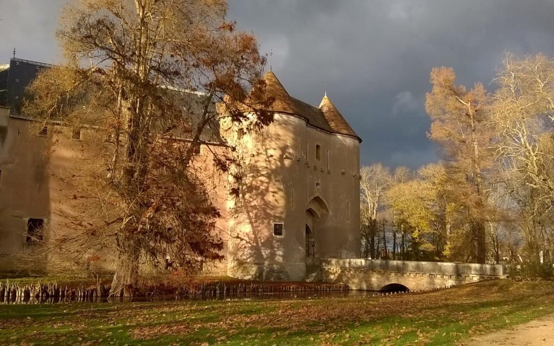 La poterne du château d'Ainay-le-Vieil sous les couleurs de l'automne 2015