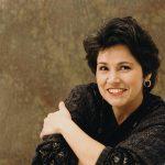 Cristina Ortiz, pianiste s'impose par un jeu dont la sobriété n'exclut en rien la création d'atmosphères, de climats...