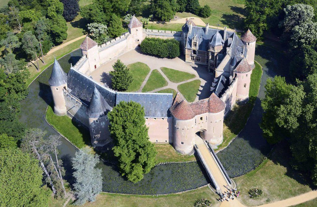 Vue aérienne du château d'Ainay le Vieil