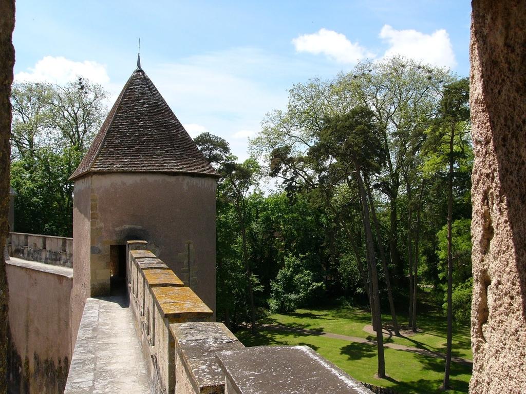 Vue des remparts du château d'Ainay le Vieil