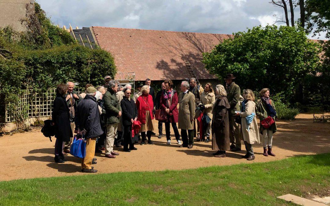 Les «Amateurs de jardins» visitent le château d Ainay le Vieil.