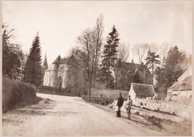 Autrefois, le château d'Ainay le Vieil vue depuis le canal