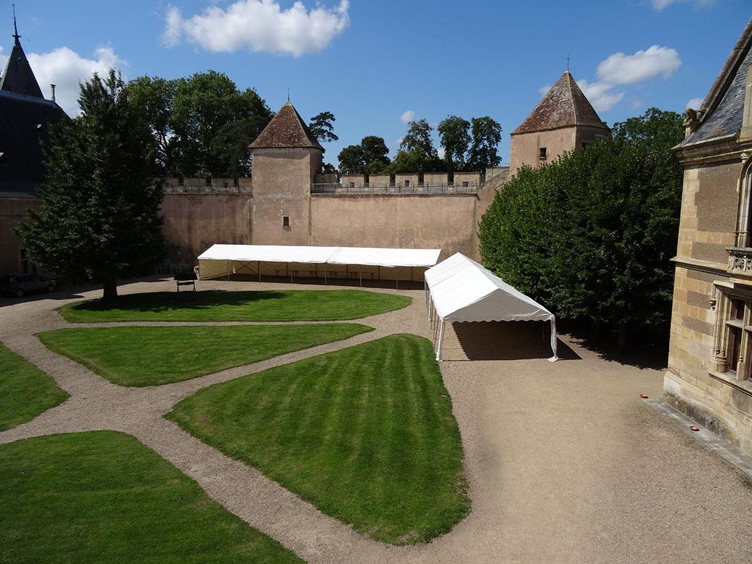 Plusieurs options sont mises à disposition: réserver un espace supplémentaire pour une tente ou estrade dans la cour du château ou dans le parc, installer des éclairages, visite guidée du château pour les seuls invités…