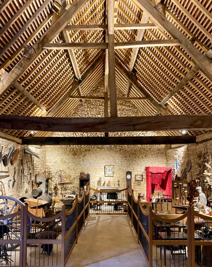 Le musée des arts et traditions populaires, une collection d'objets et instruments qui retracent l'histoire du Berry dans une grange à charpente apparente