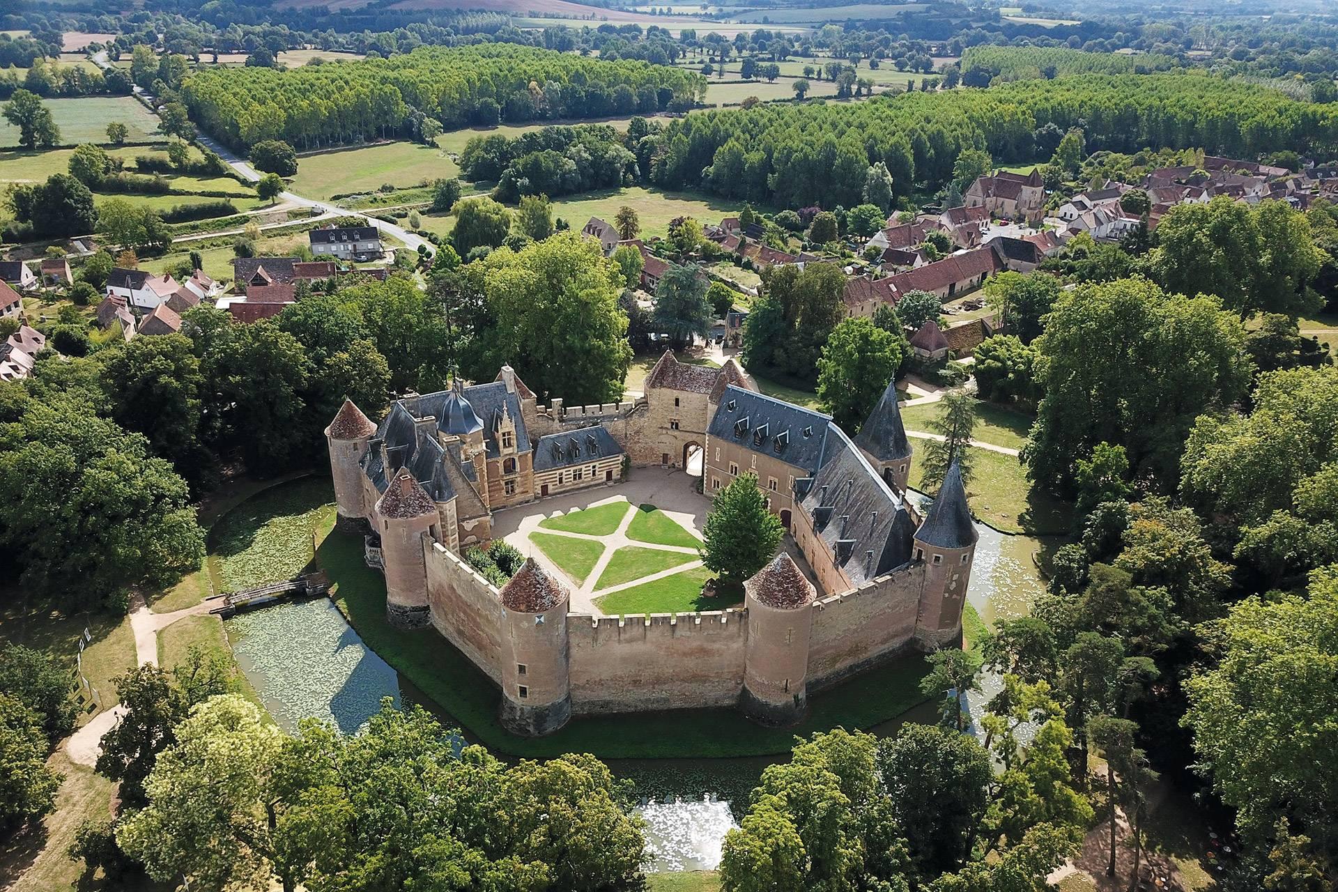 Vue aérienne château d'Ainay-le-Vieil, avec douves et jardins