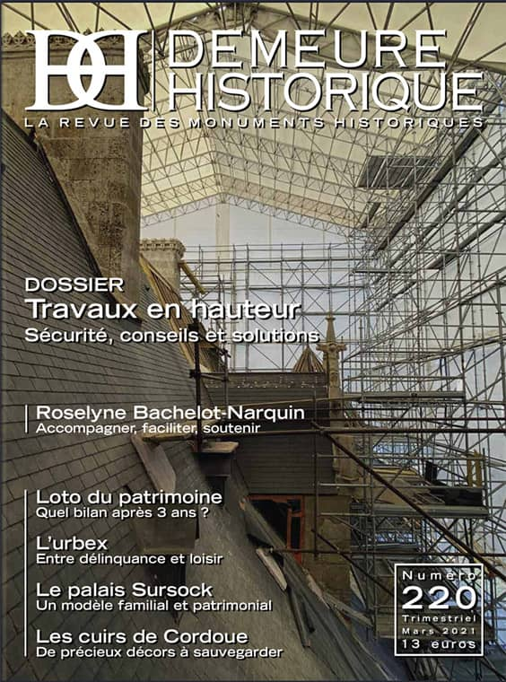 Couverture de la revue Demeure historique, la toiture en ardoise du château d'Ainay-le-Vieil en travaux avec échafaudages