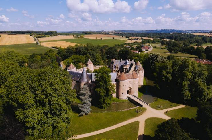 Magazine Forbes, image aérienne du château d'Ainay-le-Vieil avec la campagne environnante