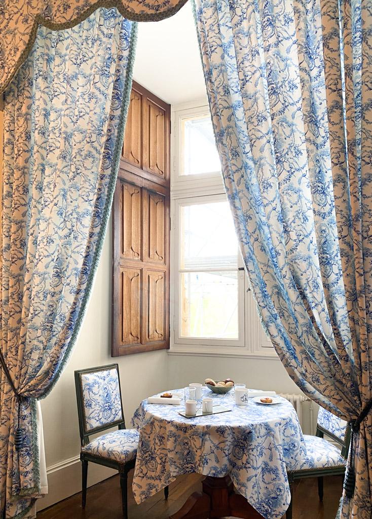 Château d'Ainay-le-Vieil, les chambres d'hôtes, la Chambre Empire, le petit-déjeuner en chambre
