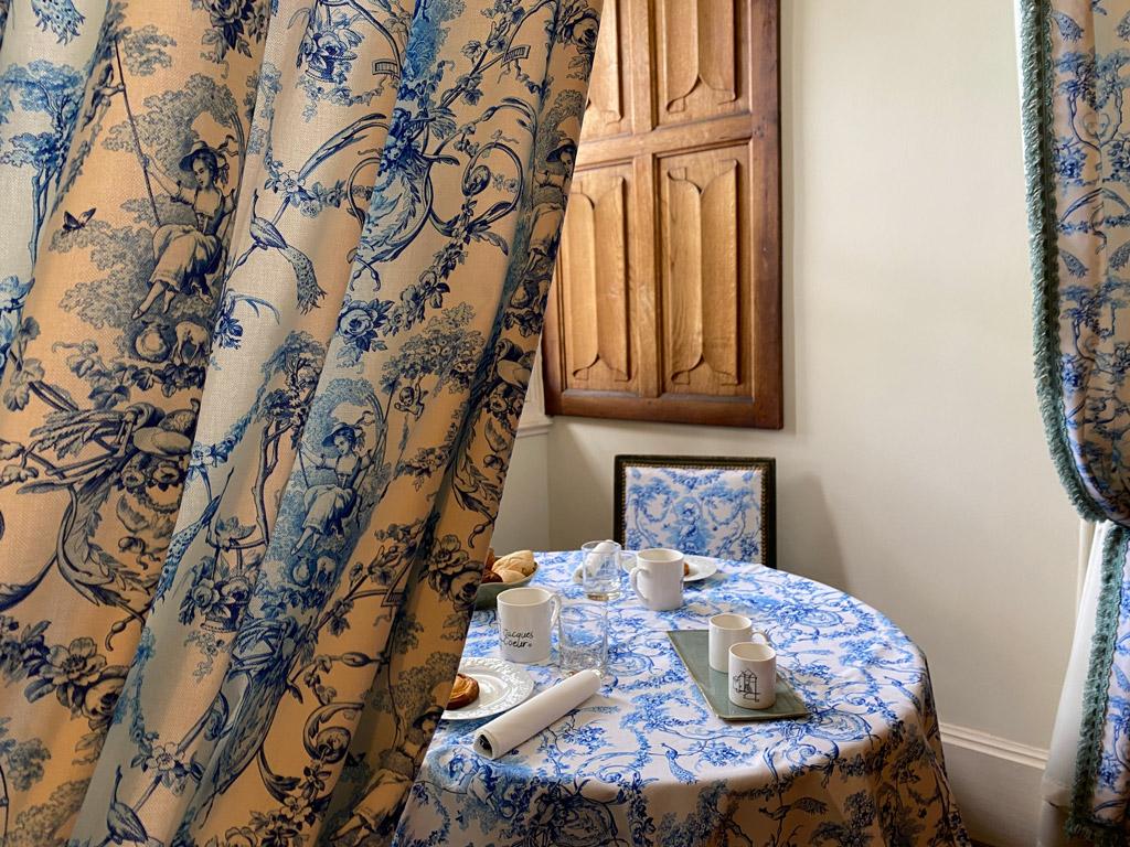 Château d'Ainay-le-Vieil, les chambres d'hôtes, la Chambre Empire, le coin salon aménagé dans l'embrasure de la fenêtre pour petit-déjeuner en chambre