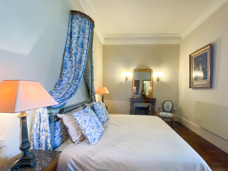 Château d'Ainay-le-Vieil, les chambres d'hôtes, la Chambre Empire, vue sur le lit double avec baldaquin et cheminée