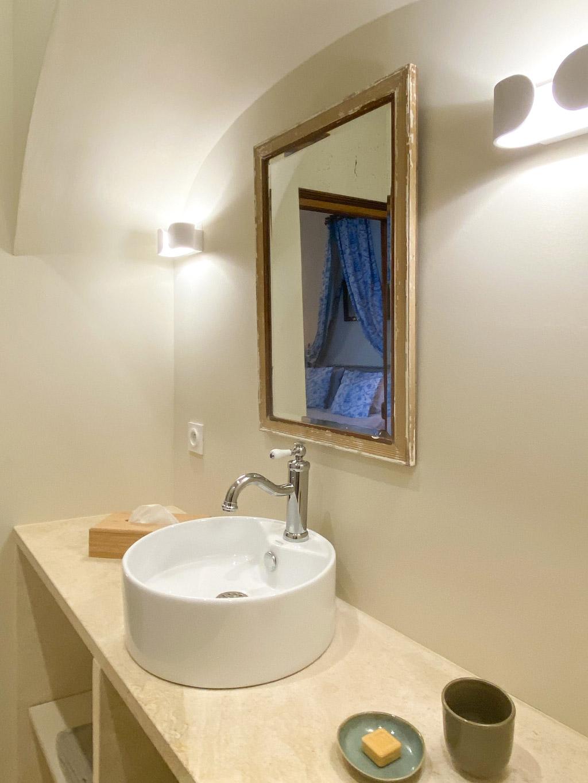 Château d'Ainay-le-Vieil, les chambres d'hôtes, la Chambre Empire, la salle de bain avec pierre blonde et miroir doré