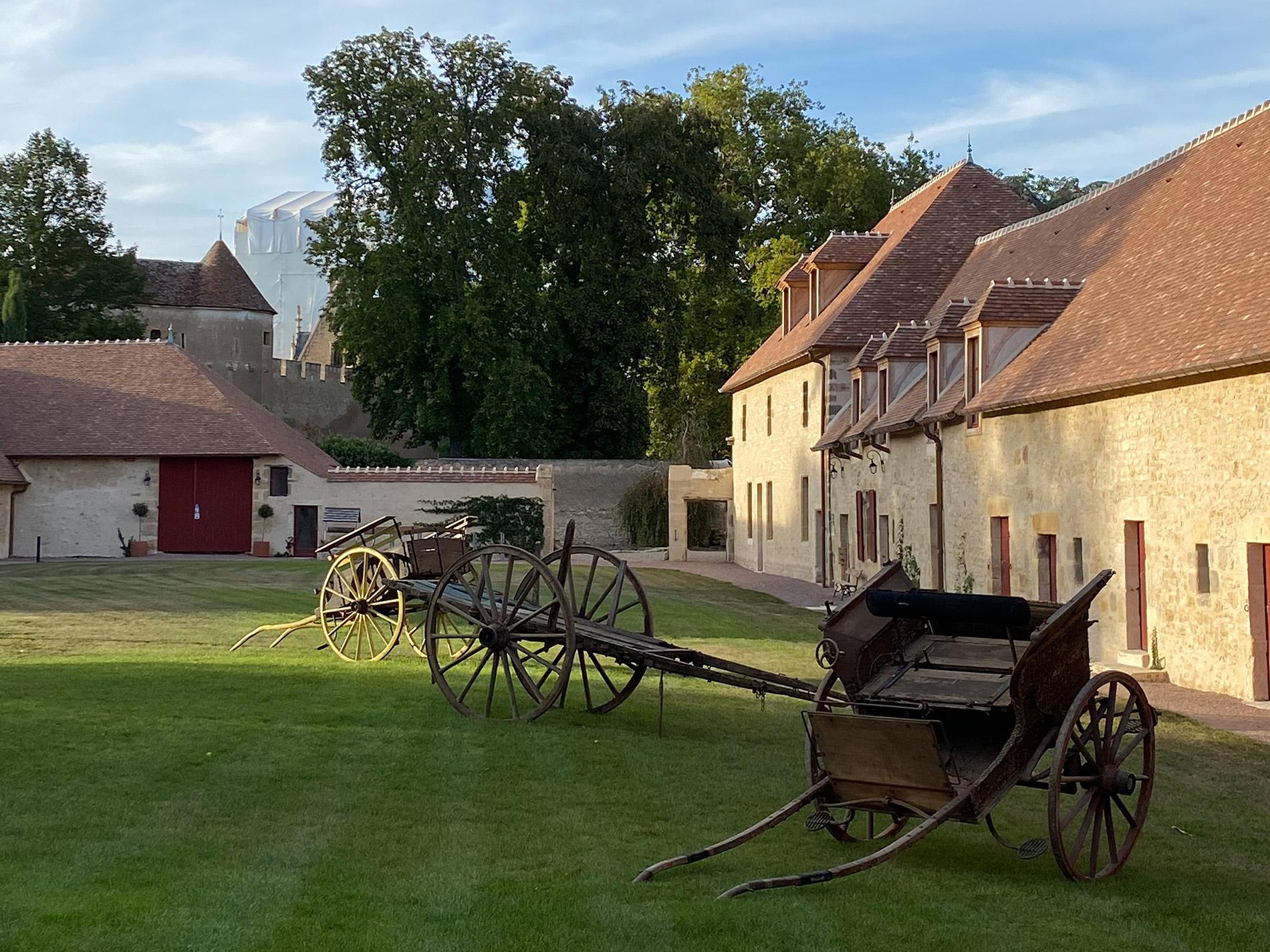 Gîte de la capitainerie du château d'Ainay-le-Vieil, maison de maître du XVIIème siècle