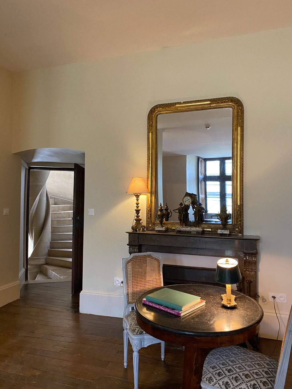 Château d'Ainay-le-Vieil, les chambres d'hôtes, le salon d'Aligny, vue sur l'escalier en pierre
