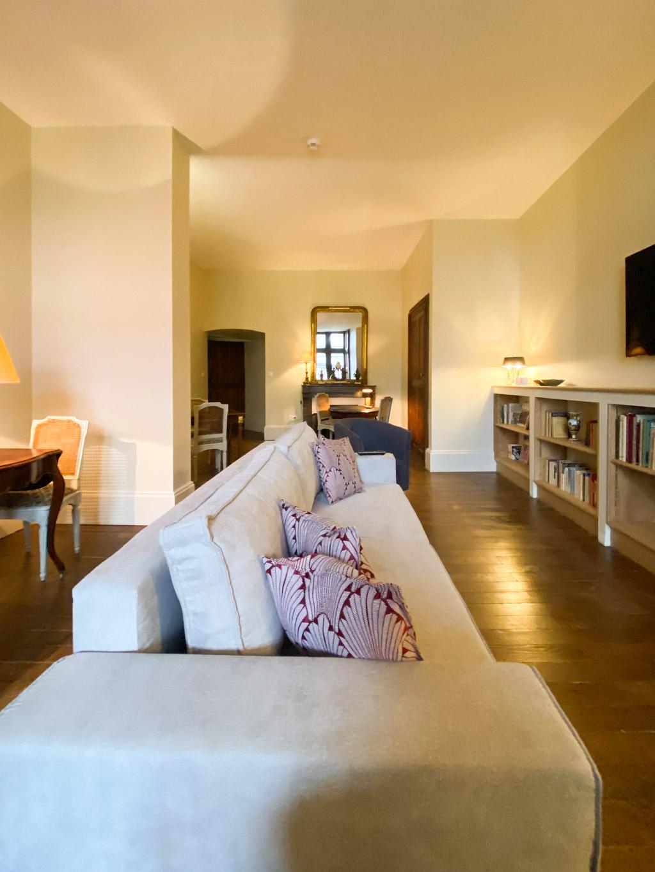 Château d'Ainay-le-Vieil, les chambres d'hôtes, le salon d'Aligny, vue sur le coin salon avec un grand canapé
