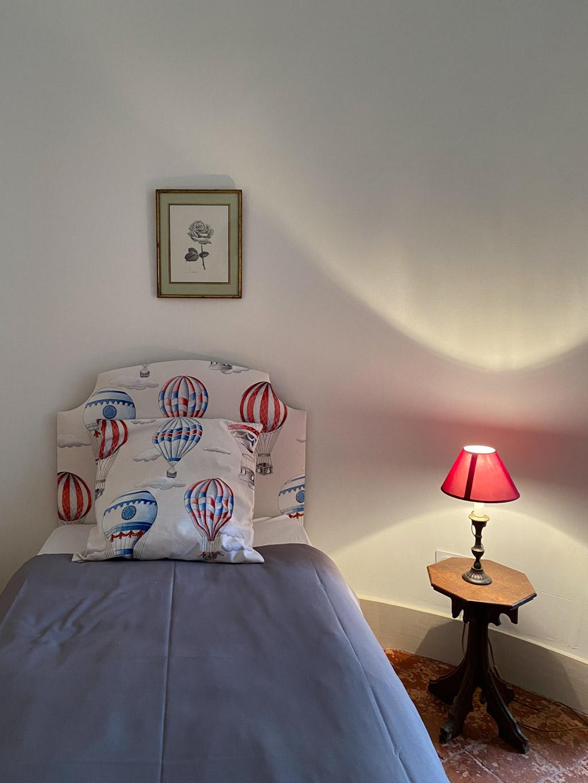 Château d'Ainay-le-Vieil, les chambres d'hôtes, la Suite Bigny, vue sur le lit simple et le chevet ancien