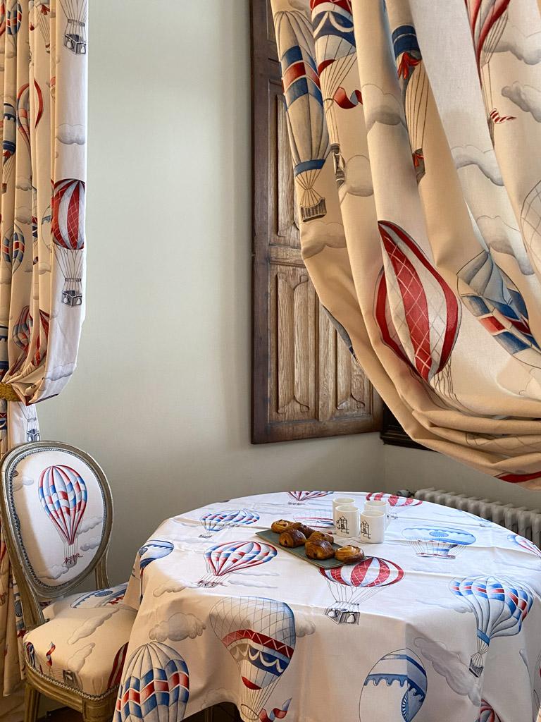 Château d'Ainay-le-Vieil, les chambres d'hôtes, la Suite Bigny, petit-déjeuner en chambre possible, tissu à motifs de montgolfières et plateau de viennoiseries