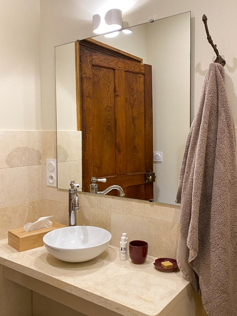 Château d'Ainay-le-Vieil, les chambres d'hôtes, la Suite Bigny, salle-de-bain avec douche à l'italienne