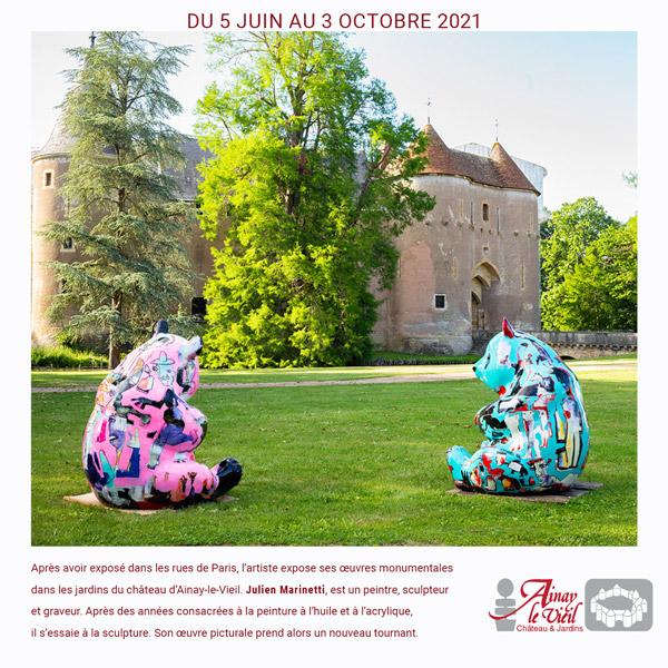 Bannière expo Julien Marinetti au château d'Ainay-le-Vieil, les deux pandas devant la poterne