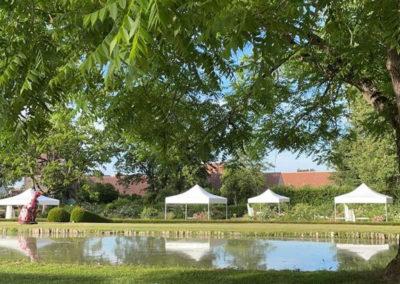 Mariage au château d'Ainay-le-Vieil, des tentes de réceptions sont installées dans la roseraie et des salons de jardins disséminés dans le parc