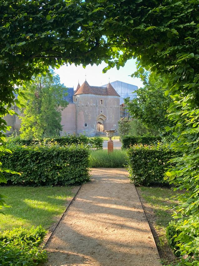 Château d'Ainay-le-Vieil, la poterne vue depuis les arches taillées des charmilles